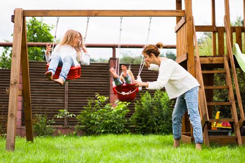 Un jardin ordonné, et des jeux pour les enfants qui trouvent toute leur place