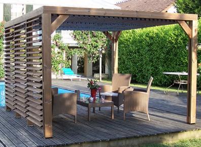 Une pergola avec ventelles pour un salon d'été des plus cosy !