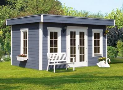 Un abri de jardin en bois équipé de plusieurs ouvertures porte et fenêtres pour créer un espace de vie supplémentaire au jardin