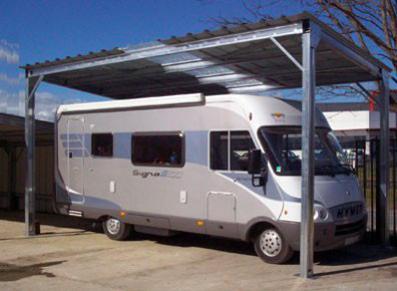 Un abri pour camping car en bois ou en métal : que choisir ?