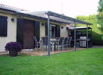 Une terrasse ombragée grâce à une pergola moderne et solide