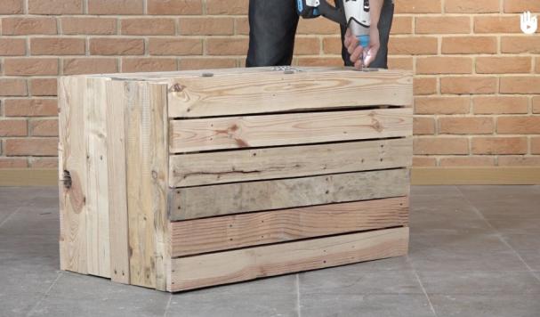 Avec une palette en bois construisez votre propre coffre de rangement