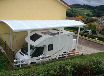 Votre camping-car est prêt à être protégé grâce à son abri camping-car adossable