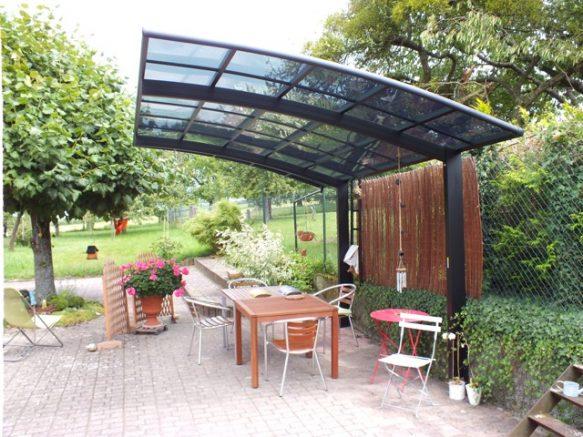 Un carport en aluminium utilisé comme abri terrasse. C'est l'heure de l'apéro !