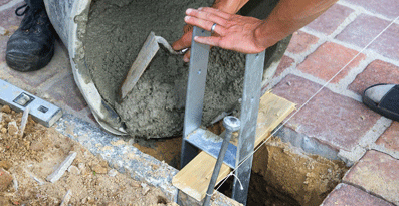 Un ancrage béton pour installer dans le temps votre carport bois