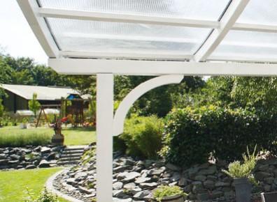 Des abris terrasse avec grande avancée de toit