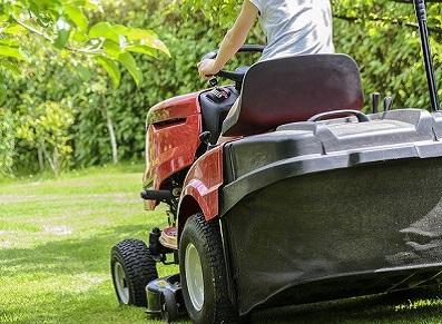 Tracteurs-tondeuses : des courses d'endurance… et des abris jardin adaptés !