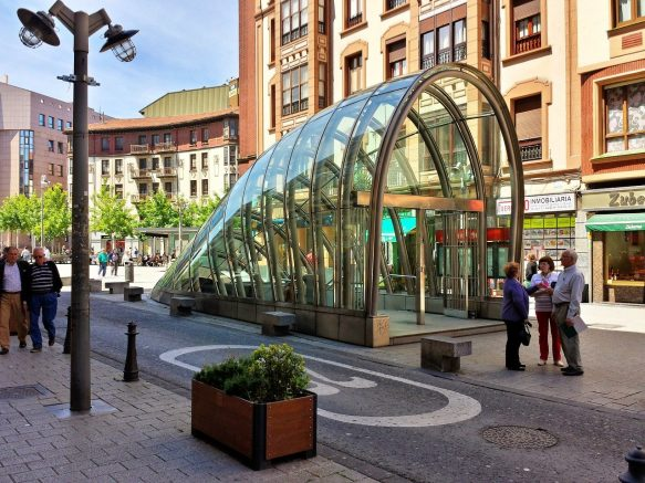Abri édicule sur une bouche de métro à Bilbao