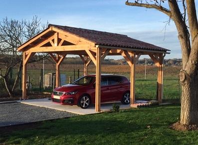 Une ossature bois pour créer un carport voiture dans une maison traditionnelle