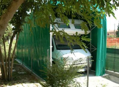 Un abri camping-car qui se plie grâce à des arceaux et sa toile PVC