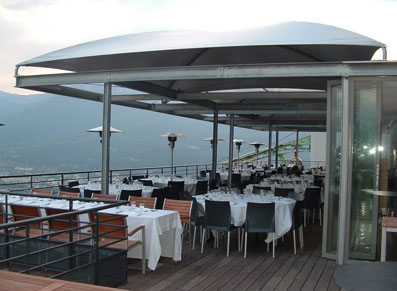 Un abri toile comme couverture d'une terrasse de restaurant