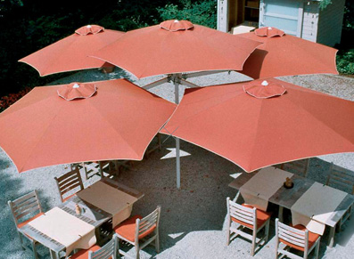 un parasol geant pour terrasse maxi