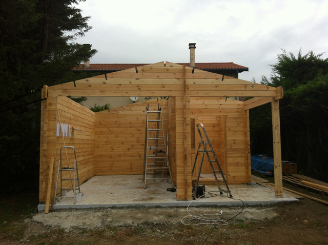 Façade installée pour le garage en pin du Nord