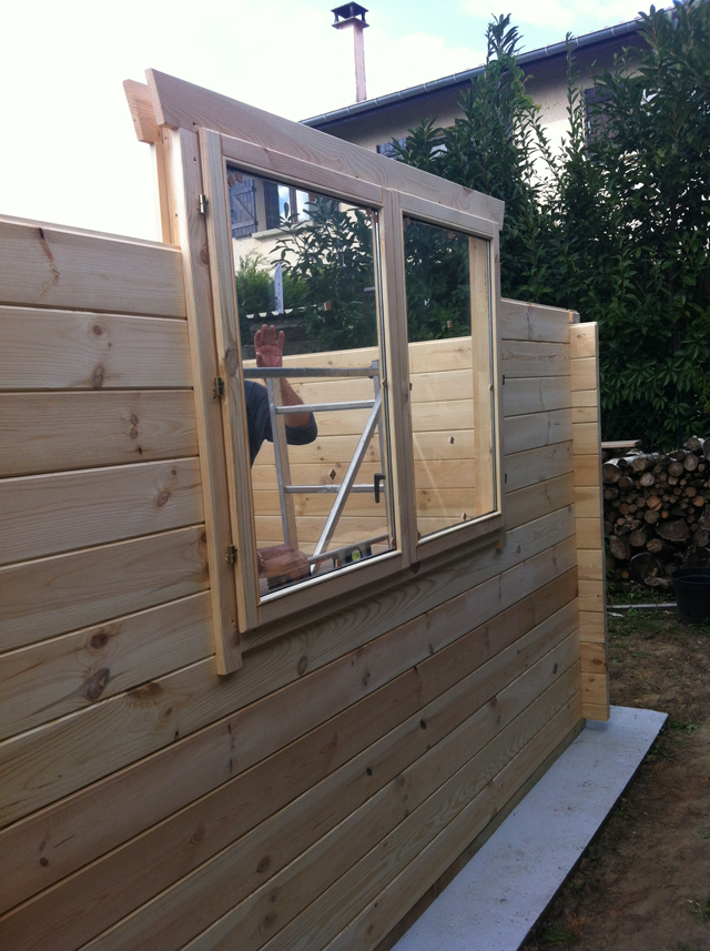 Les fenêtres ont trouvé leur place dans l'installation du garage bois