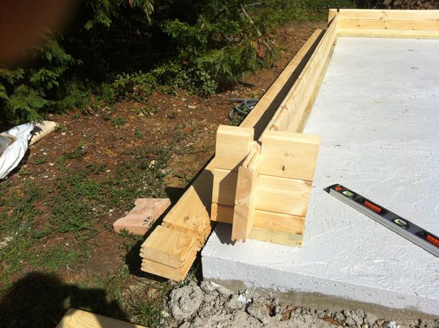 La pose de la première rangée des madriers bois raccordée à la matrice