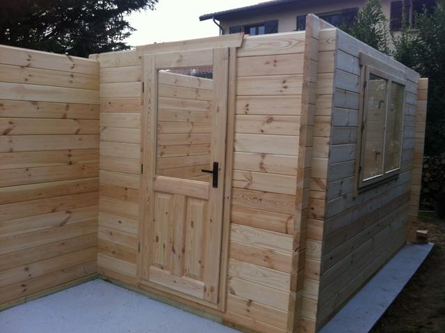 Mise en place des ouvertures lors du montage d'un abri bois avec réserve