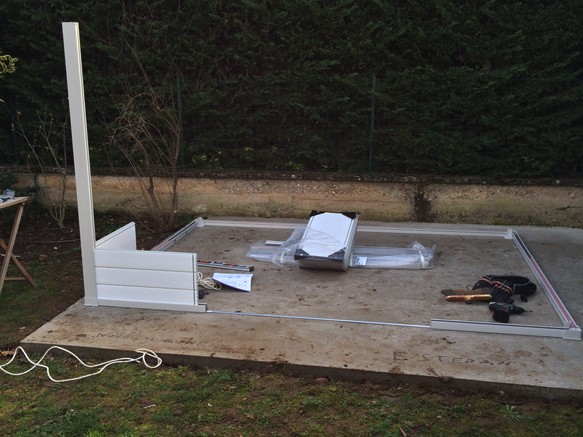 Mise en place du cadre de base d'un abri de jardin PVC
